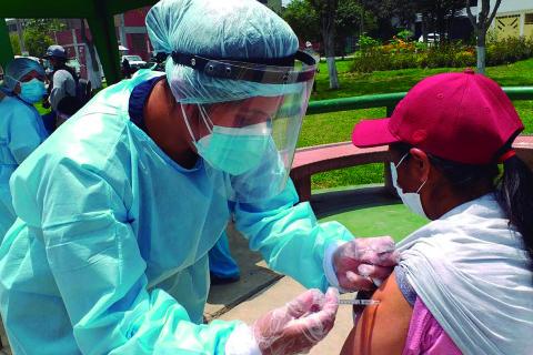 Las pruebas clínicas para hallar un tratamiento contra el COVID-19 se están llevando a cabo en una decena de países, entre ellos China, Estados Unidos, México y varios países asiáticos (Foto: Andina)
