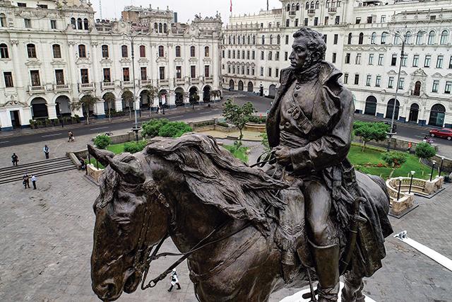 El monumento de San Martín vigila la plaza que lleva su nombre en el centro de Lima. Doscientos años después, la gesta libertaria motiva a superar retos modernos como país (Foto: Andina)