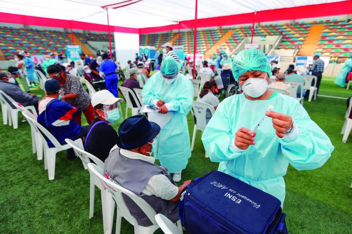 El Perú ha vacunado al 2,2% de su población mientras que Japón, lo ha hecho solo con el 1,1%. Estados Unidos a lo largo de cinco meses, inoculó a 265 millones de personas, el doble de la población japonesa (Foto: Andina)