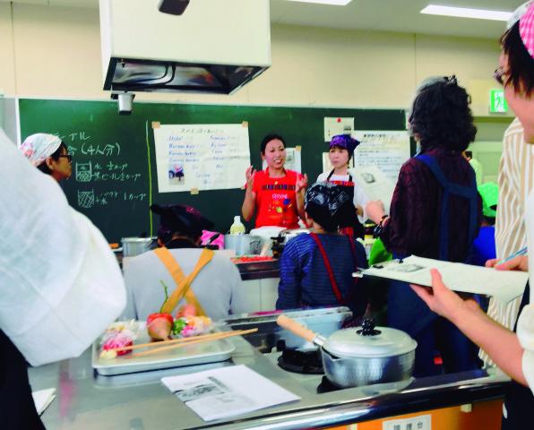 Yulia también enseña español en el municipio. Aquí, durante clases de cocina peruana.