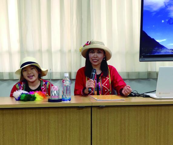 Yulia Marchinares y la pequeña Yui han recorrido algunos colegios de Chiba dando charlas de información sobre el Perú.